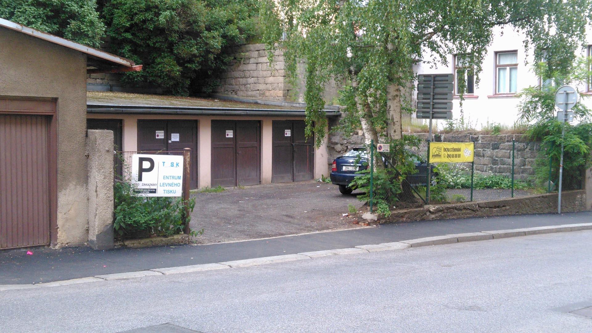 Parkování - přes ulici